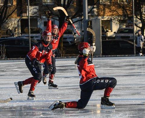 JUBLENDE GLAD: Martine Holm fra Mjøndalen ble matchvinner for Norge med sitt drømmetreff. Lene Aamodt fra Drammen kommer stormende til.