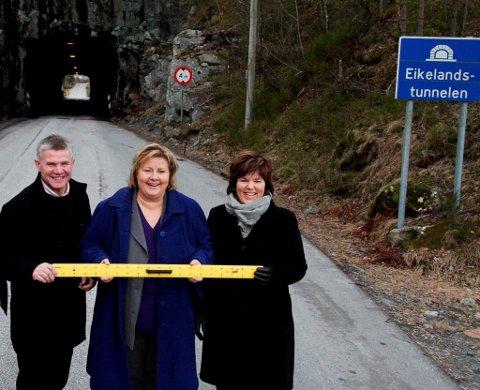 HANDLAGA TUNNEL: Bjørn Lødemel, Erna Solberg og Jorunn Frøyen foran Eikelandstunnelen før Svelgen. - Han ser ut som han er hogd ut med øks, seier Erna Solberg, og tykkjer det er latterleg at vi har slike tunnelar i Norge i 2009.