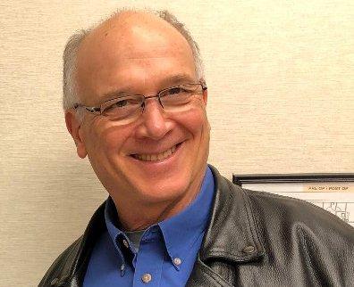 TRÅR TIL: Doug J. Mastel har startet innsamlingsaksjon i USA for øyelege Jens Kratholm. Han mener Kratholm har gjort en fantastisk viktig jobb selv om klinikken i Narvik nå ligger brakk. Foto: Privat