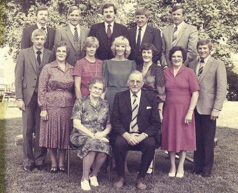 Familiebilde: På 16 år fikk Gunvor og Karl Bjerke 12 barn. Her er de alle på et slektstreff tidlig på 1980-tallet. I dag er det nøyaktig 100 etterkommere etter Gunvor og Karl.foto: privat