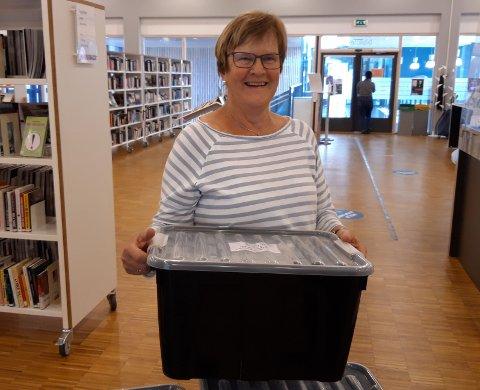 PÅ FARTEN: Ellen Brænden reiser ut med bøker en gang i måneden.