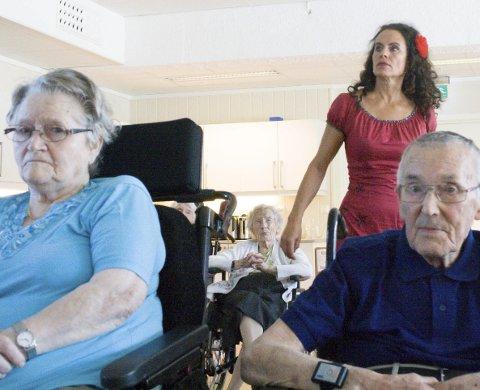 Til stede: Tordis Liknes og Einar Angell Knudzen har besøk på Kopervik bu- og behandlingsheim av Lene R. Romseland som Carmen.          FOTO: TRINE STYVE VARLO8 Foto: Trine Styve Varlo