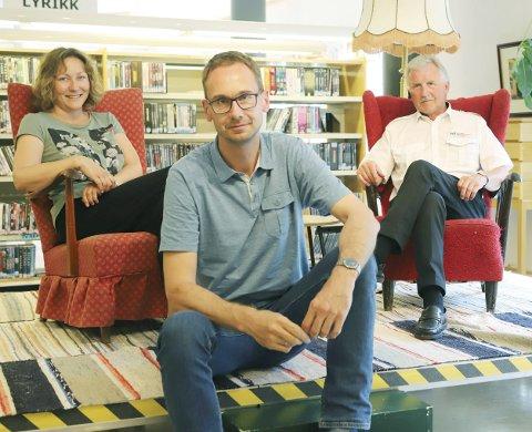 BOKBAD: Berit Fagerland, Tor Martin Leines Nordaas og Olav Skårdalsmo er klare for å ta imot Bjørn Johnsen og Roy Jacobsen til bokbad på biblioteket.