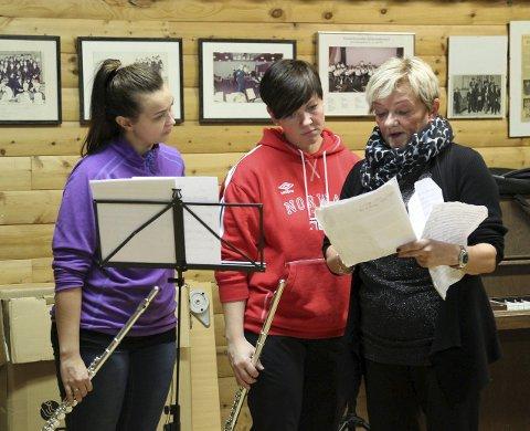 SAMMEN: Store deler av Vardø er engasjert når bymusikken og damekoret står sammen på scenen lørdag. Gunhild Johnsen Larsen dirigerer damekoret, og ser her på notene sammen med Nina H. Knudsen og Marita J. Larsen, som skal spille.