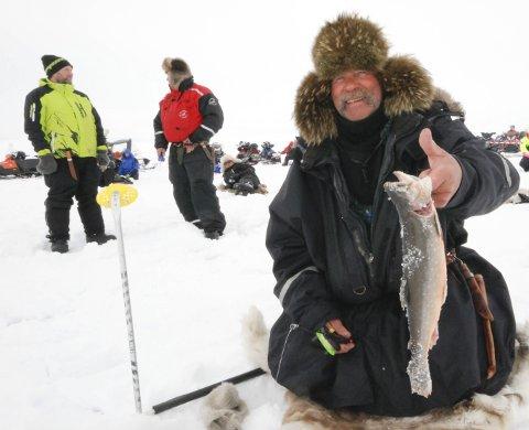 VERD GODT OVER 50.000: Walter Brandsegg med fisken på 728 gram som skaffet han seieren, 1. premien og vandrepremien på 49.000 kroner. Alle foto: Alf Helge Jensen