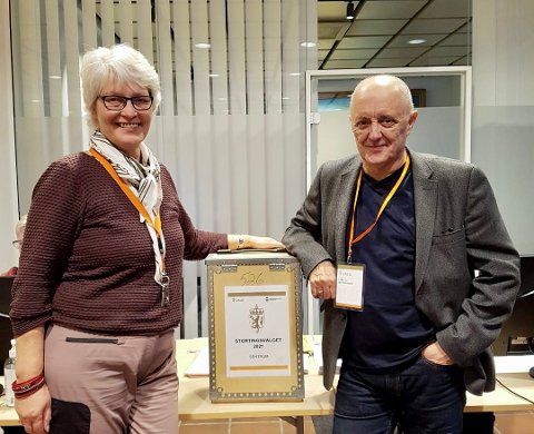 LEDER: May Unni Ertsås Olsen sammen med leder for stemmestyret sentrum krets, Leiv Johnsen