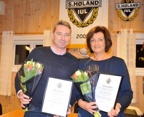 NYE ÆRESMEDLEMMER: SHIUL utnevnte to nye æresmedlemmer på sitt årsmøte 11. mars: Nina Tuverud Jensen og Raymond Hesthaug. Her er duoen med diplom og blomster.