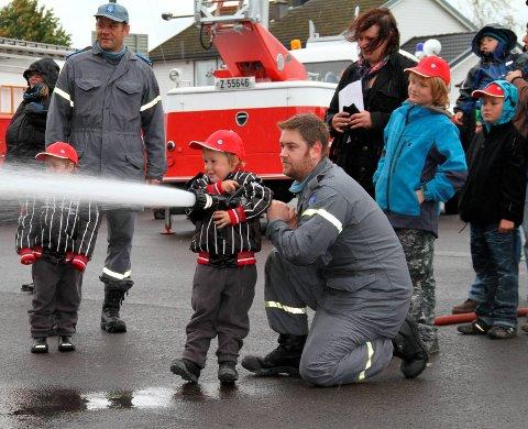 Populært: Å teste en brannslange er en av mulighetene på Kopstad lørdag. arkivfoto