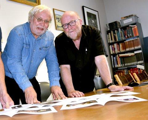BØKER OG BLADER: Knut G. Bjerva (t.v.) er nå med på å starte lokalavis på nett i Drangedal. Her sammen med kollega Svein Roppestad, sammen står de bak boka om Kroa som er her om ikke alt for lenge.
