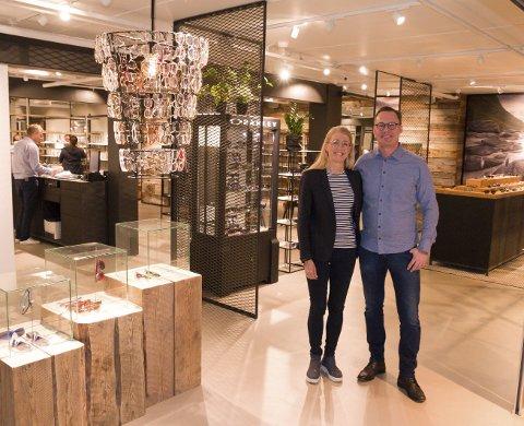 Martin og Maria Strauman Eidjord i butikken i Lofotsenteret på Leknes.