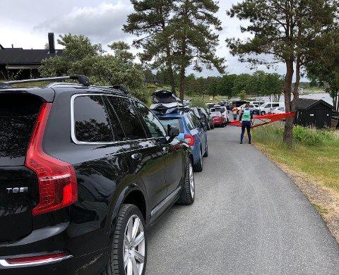 FRA TRANGT TIL UMULIG: Slik så det ut inn mot én av de to parkeringsplassene ved Møvik sist søndag, 7. juni. Fredag lå det halvstore steiner på gresset til høyre, helt opp mot asfalten. Sveip for å se flere bilder!
