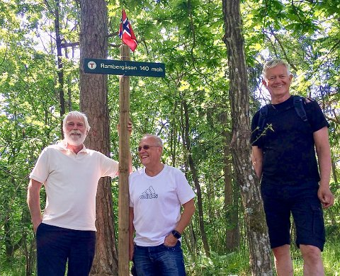 PÅ TOPPEN AV MOSS: Her fra en ekspedisjon til Moss kommunes høyeste topp. Rambergåsen ligger 140 meter over havet. Én av forfatterne, Bjørn A. Grønna (til venstre), Per Tveiten og Erik Johansen.