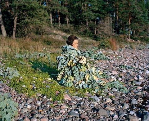 STRANDKÅL: Naturen fungerer både som kontekst og innhold i arbeidet til den finsk-norske kunstnerduoen Riitta Ikonen og Karoline Hjorth. Her har de fotografert mossekvinnen Inger Wennersten på Albystranda.