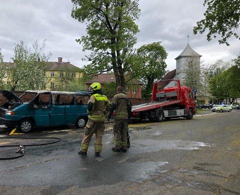 En bil stod i brann ved Oslo hospital mandag ettermiddag. En person skal ha løpet fra stedet og satt seg i en bil. Foto: Nina Schyberg Olsen