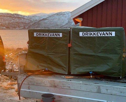 VANNTANKER: I halv fire-tiden lørdag kunne innbyggerne hente seg vann fra to tønner som kom med ferga fra Hansnes.