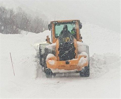ÅPNER SKREDET: Natt til mandag gikk et nytt skred ved Singla på Arnøya. Her er brøytemannskap i ferd med å rydde unna snømassene.