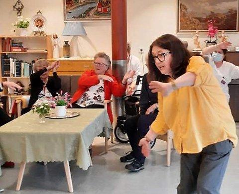 HELSE I SANGEN: – Sang, rytme og bevegelse er faktisk  helsehjelp for de eldre, mener Margrethe Vang Nedregård, her i aksjon på Gimletun på Bøverbru.