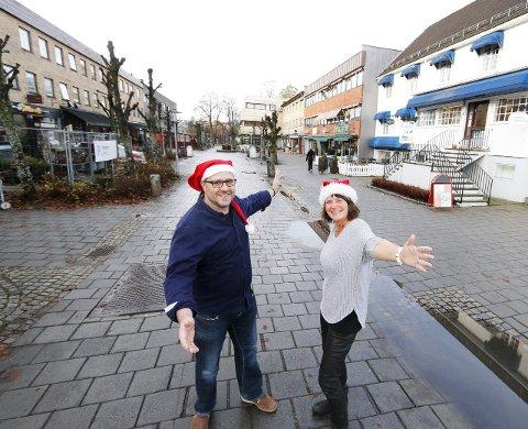 GLEDER SEG: Geir Aage Sveen, Ann-Kristin Falla og resten av handelsstanden i Ski sentrum ser frem til tradisjonell julegateåpning.  FOTO: STIG PERSSON