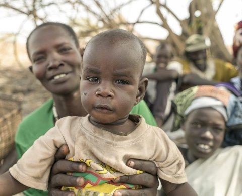 FÅR HJELP: Nyayiek Gathwech og barna hennes i Maar i Sør-Sudan får hjelp fra Røde Kors og Røde Halvmåne. Nå har du sjansen til å bli bøssebærer i lørdagens aksjon. FOTO: OLAV A. SALTBONES/NORGES RØDE KORS