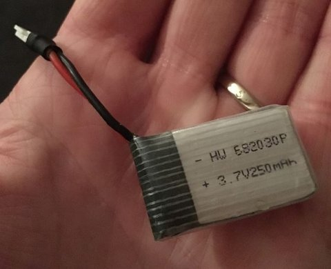 Dronebatteriet Stine hadde bestilt lå skjult i en lekegitar.