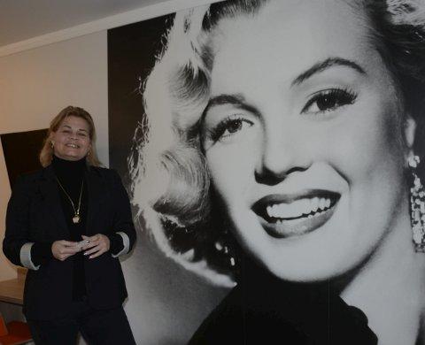 Kjente fjes: Det er ikke bare gangen som preges av kjente Hollywood-ikon. Hele 24 rom har fått en hel vegg dekorert med en kjendis. Her står direktør, Ida Moss sammen med Marilyn Monroe. Foto: Karina Solheim