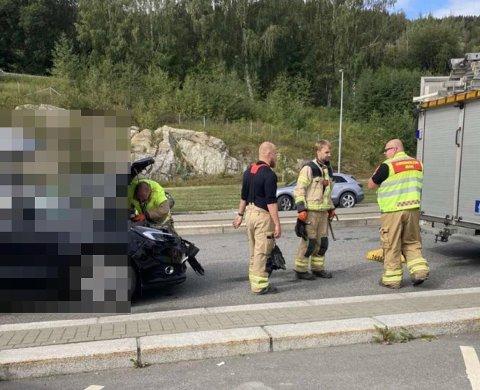 TRAFIKKULYKKE: Brannmannskaper på plass på Oppland-siden av Mjøsbrua.