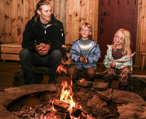 Pinnebrød: Sigmund Lund, Njård Bry Lund og Eira Bry Lund lager pinnebrød. Det tar litt tid, men det smaker kjempegodt!