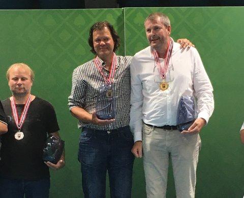 På toppen av pallen: Sigurd Evjen fra Vikersund, Arild Årmot og Finn Brentebråten.