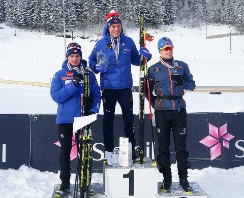 Kjempeløp i Skandinavisk Cup: Eirik Sverdrup Augdal ble nummer to sammenlagt i den skandinaviske cupen, etter Martin Løwstrøm Nyenget (på toppen). Til høyre nummer tre Daniel Stock. Eirik vant det siste rennet i Trondheim søndag, og skaffet seg med det plass på 5-mila i Kollen om 14 dager.