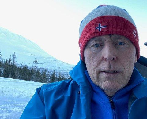 BEKYMRET: Hans Pettersson fra Vest -Sverige med norsk topplue har vært på hytta i Gausta sammenhengende i seks uker. Han håper snart sine svenske hyttenaboer også kan få besøke sine hytter.