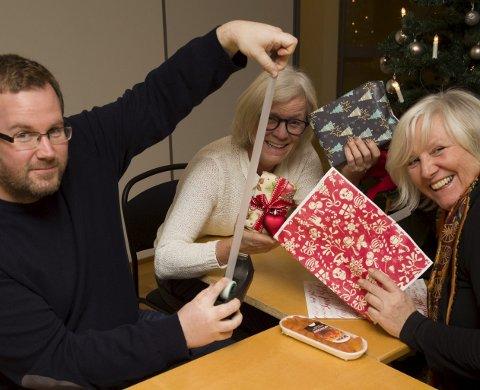 SNART JUL: I julestemning fra venstre: Henning A. Jønholdt, Anne-Stine Røil og Bente Elmung.Foto: Hilde Løkken