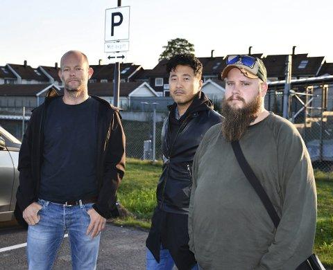 FOR DÅRLIG SKILTET: Jørund Buen (t.v.), Magne Wang Fredriksen og Daniel Stensson-Oreviken mener det burde vært bedre skiltet på parkeringsområdet ved Sande stasjon. Alle foto: Ingunn Håkestad Bråthen