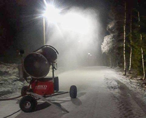 FULL FART: Snøproduksjonen i Storås startet for fullt søndag kveld. Målet er å ha 500 meter løype i løpet av uka.