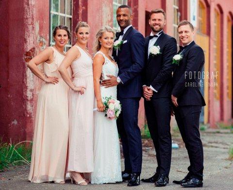 FLERE FORLOVERE: Både Tine Hotvedt (bruden) og Yaw Ihle Amankwah  (brudgommen) valgte  å ha flere enn bare én forlover. Fra venstre er forloverne: Karina Pedersen, Ida Røyeng, Kristoffer Muri og Nicolai Misje.
