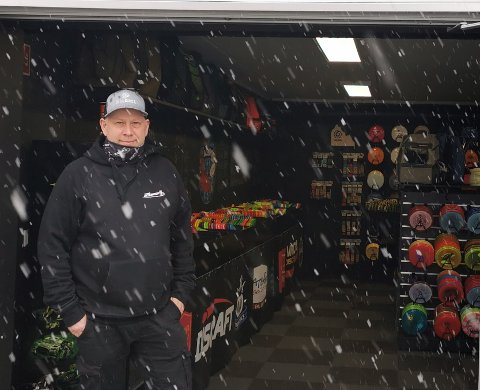 Remi Kvalvik er eneste ansatt i butikken Aceshop på Varatun.