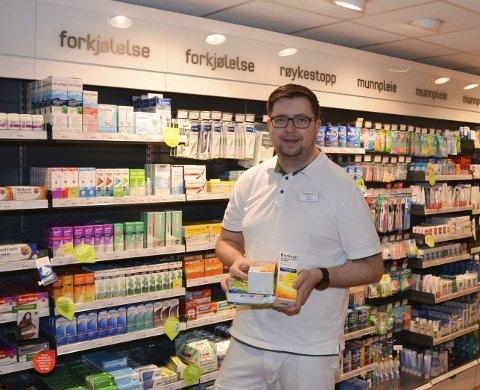 NY apoteker: Ole Harald Graarud (37) er ny apoteker og dermed daglig leder av Vitusapoteket i Spydeberg, Han opplyser at det nå er høysesong for forkjølelses- og influensamedisiner. Foto: Per Uno Blørstad