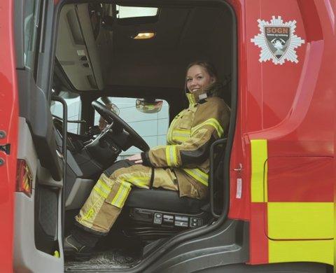 PÅ PLASS: Jun Jacobsen (20) tek snart til i ny jobb som brannkonstabel i Vik-avdelinga av Sogn brann og redning. – Far min jobba i brannvesenet, slik at eg fekk interessa derfrå, seier ho.