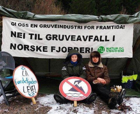 NEKTET Å FLYTTE SEG: Tale Ellingvåg fra Kragerø og David Svartdal Nordheim fra Førde var blant aksjonistene i Sogn og Fjordane tirsdag.