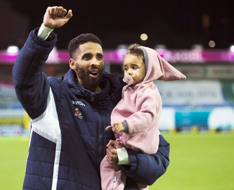 Målfarlig pappa: Amahl Pellegrino med datteren Alissia på armen. KBK-spissen scoret to mål mot sin tidligere klubb Strømsgodset søndag og er toppscorer i Eliteserien med 23 mål.