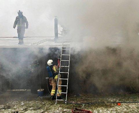RØYK: Her er brannvesenet i gang med å få kontroll over røykutviklingen med hjelp av skjæreslukker.