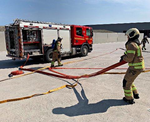 Her gjøres det klart for brannøvelse med industrivernet ved Revac.