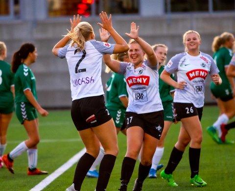 A-LAGET: Flint bestemte seg for å prioritere A-laget i år. Her jubler Anniken Grytnes (nummer 2) sammen med spillende trener Marte Flåten Røkaas og Eline Eline Langgård etter 1-0-målet i  3-0-seieren mot Stag nylig.