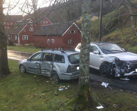 Tilsto alt: En ung mann fra distriktet stakk av fra politiet etter å ha blitt vinket inn i en fartskontroll ved Ubergsmoen. Ferden endte på Nes Verk, der fluktbilen (den grå bilen til venstre) kolliderte med en møtende bil. Nå har sjåføren fått sin straff.