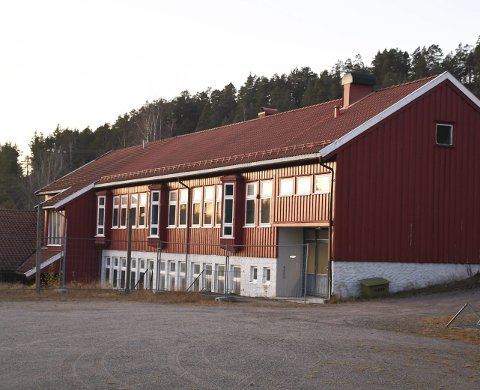 Grendehus: Nelaug skule ble nedlagt i  2010. Skolebygget eies fortsatt av Åmli kommune, men disponeres av velforeningen. Nå foreslår kommunedirektøren at kommunen kvitter seg med bygget for å spare driftsutgifter.   Arkivfoto