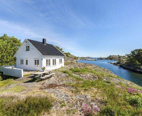 Vil rive denne hytta: Strandeiendommen lengst sydøst på Borøy ble i 2019 solgt for 13,5 millioner kroner. Nå søker de nye eierne om å rive eksisterende hytte og bygge ny. Arkivfoto