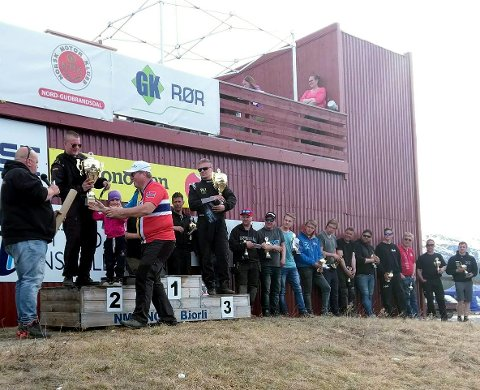 Premieutdeling: Alexander Hauglid fra NMK Valdres får sin 2. premie. Vinner ble Jørn Grinden fra NMK Elverum med Magnus Bergsjøbrenden fra NMK Gardermoen på tredjeplass.