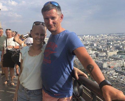 BESØKTE EIFFELTÅRNET: Etter at Pernille døde i 2018, mens Anne var kreftsyk, så reiste Anne og Ove Gudbrandsen til Eiffeltårnet med utsikt over Paris. Hit drømte også dattera Pernille om å komme. Foto: Privat