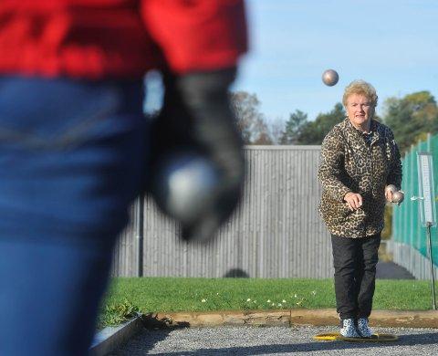 POPULÆRT: Leder av LHLs petanque gruppe, Winnie Svae, opplyser at sporten har blitt populær i Vestby.