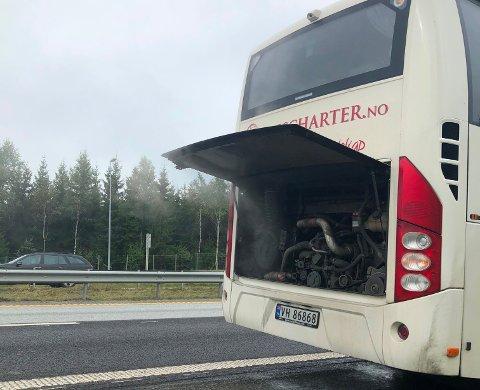 RØYK FRA MOTOREN: Bussen klarte å kjøre til nærmeste holdeplass for egen maskin etter at røyken la seg.