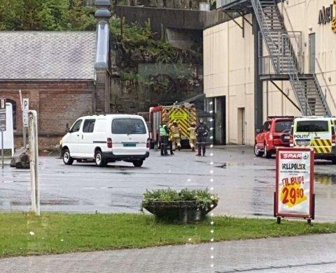 RØYKUTVIKLING: Politiet var ute og etterforsket etter melding om brann nær Amfi.